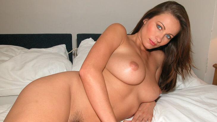 sexy webcam luder nackt auf dem bett